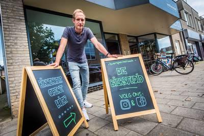Honderden biertjes in de schappen van de nieuwe Bierstudio in Hengelo